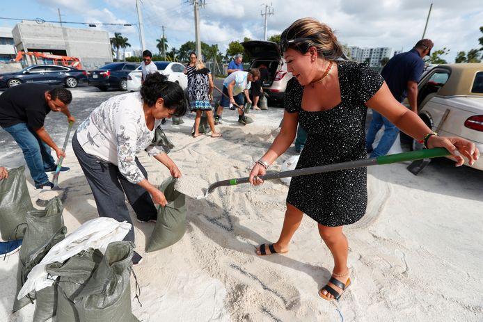 In Hallandale Beach in Florida worden zandzakken gevuld om bescherming te bieden tegen de verwachte wateroverlast als orkaan Dorian de komende dagen aan land komt.