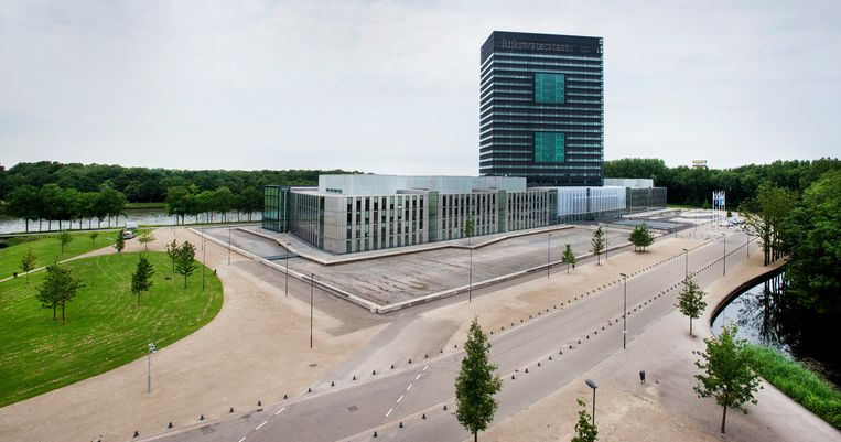 Het gebouw van Rijkswaterstaat met de drooggelegde gracht. Beeld Raymond Rutting / de Volkskrant