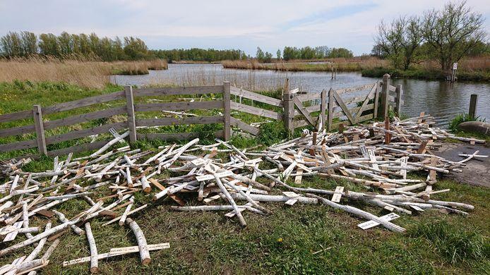 Zo werden de kruisen zondagochtend vroeg aangetroffen, na vermoedelijk 's nachts te zijn vernield