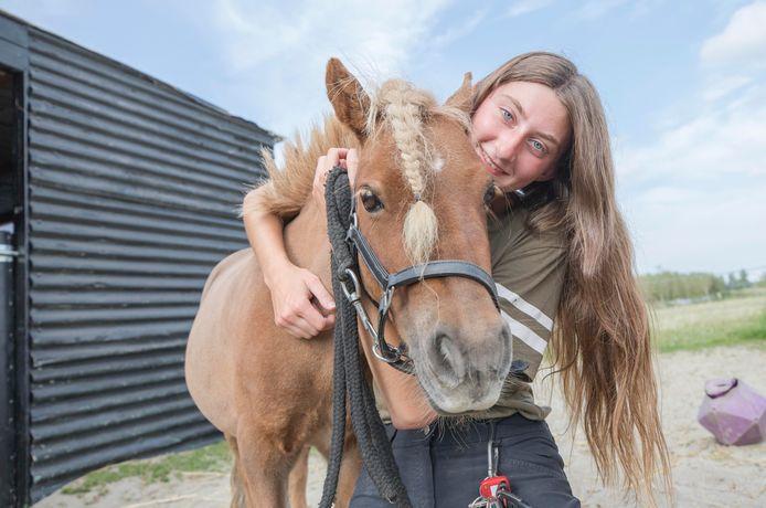 Selena Poleij met Nina, één van haar pony's.