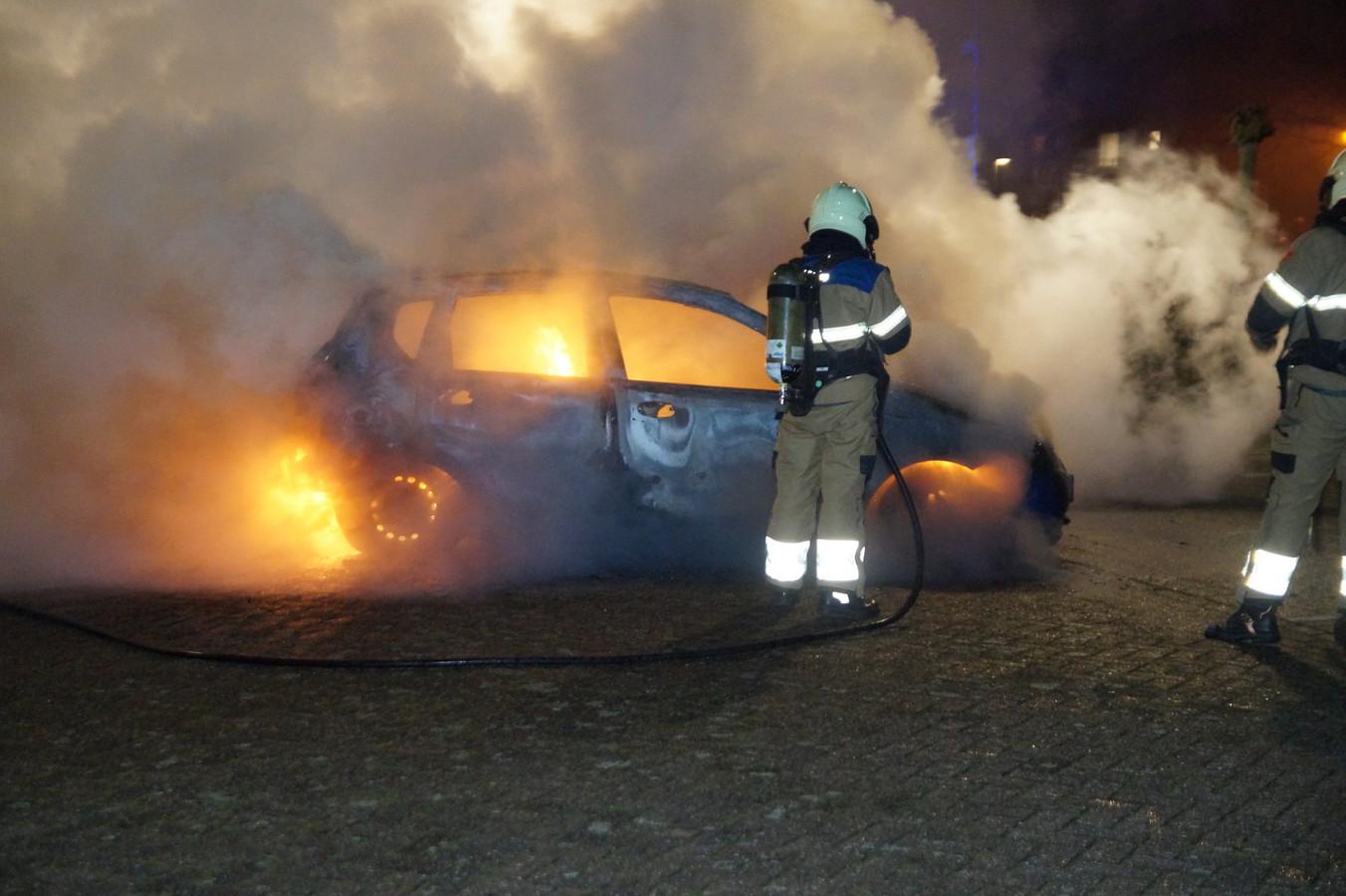 Een brandende auto in Vlijmen.