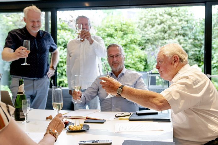 Jan Nagel (81) viert thuis in Hilversum zijn verkiezing tot 50Plus-voorzitter, samen met de andere kersverse bestuursleden.