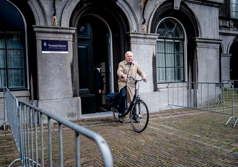 Oud-informateur Herman Tjeenk Willink fietst weg over het Binnenhof, na afloop van het debat in de Tweede Kamer over het eindverslag van de informateur.  Beeld ANP