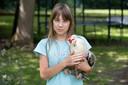Merlijn poseert met haar dier.