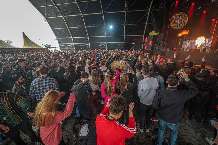 Publiek voor het grote podium van het dancefestival in Biddinghuizen