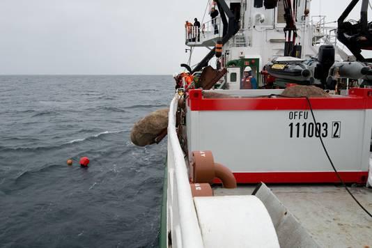 Greenpeace stort stenen in zee