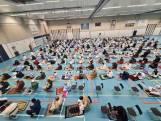Op gepaste afstand van elkaar bidden in een feest- of sportzaal: offerfeest volgt 'het nieuwe normaal'