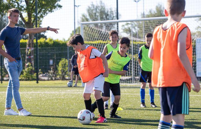 De jongens onder 10 jaar van VRC trainen voor hun volgende wedstrijd in de Veense VoetbalCup.