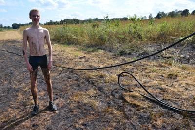 Jonge visser springt zelf in het water om brand te blussen aan de Effenseweg in Breda