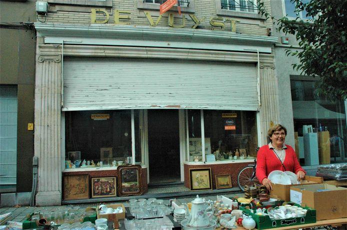 """Anne De Vuyst voor de patisserie die nu is verkocht. """"Nog veel souvenirs aan vervlogen tijden vinden we hier."""""""