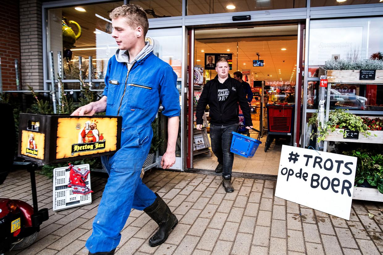 Boeren in Middenbeemster houden onder leiding van Farmers Defence Force (FDF) een actie bij een supermarkt. Beeld Hollandse Hoogte / Ramon van Flymen