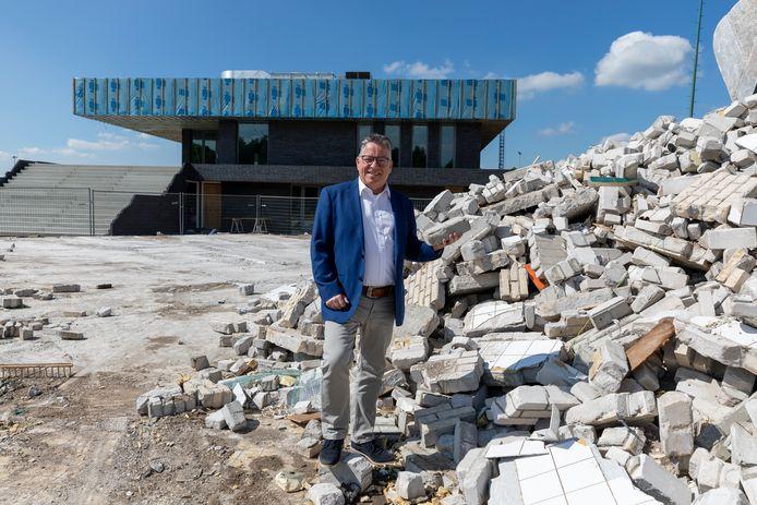 LRC Leerdam-voorzitter Raf Montezinos bij de laatste overblijfselen van sportpark Bruinsdeel. Op de achtergrond het hoofdgebouw van het nieuwe Glaspark.