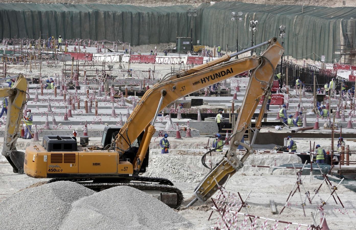 Arbeiders aan het werk aan een WK-stadion in Qatar.