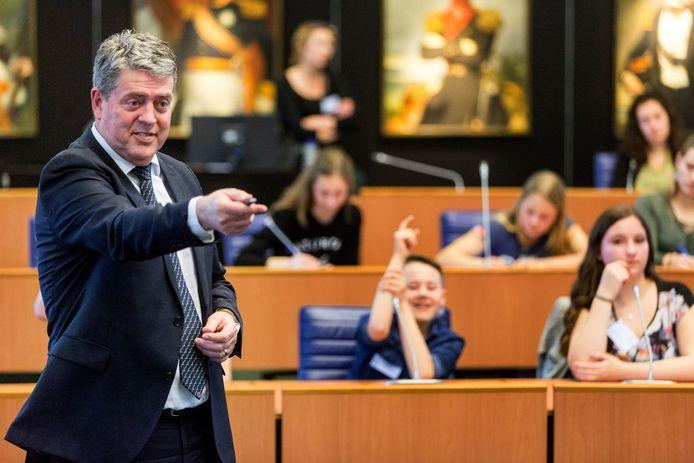 Burgemeester Anton van Aert van Best tijdens een debat-wedstrijd voor scholieren in het provinciehuis in Den Bosch.