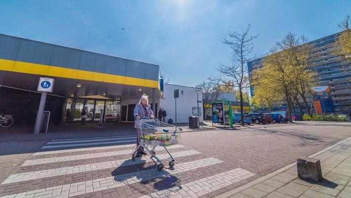 De Lidl-vestiging en de rest van het kleine winkelcentrum in de wijk Buitenhof gaan op de schop.