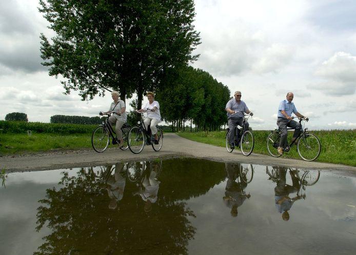 OOSTERHOUT - Fietsen in de Oranjepolder.