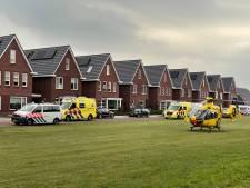 Man valt van dak in Wierden, traumahelikopter opgeroepen