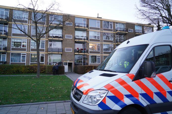 In een woning aan de Luntershoek werd vrijdagochtend het lichaam van een vrouw aangetroffen.