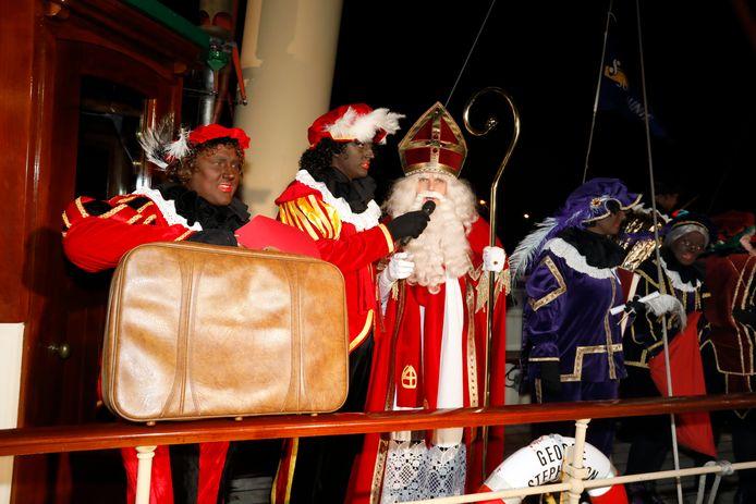 Inwoners van Hoek van Holland willen geen roetveegpieten, maar Zwarte Pieten. Jaarlijks worden Sint en Piet binnengehaald én uitgezwaaid in de Berghaven.