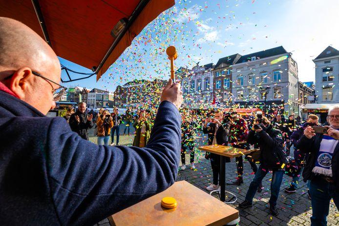 Burgermeester Jack Mikkers opent de eerste veilingronde van AllerAllereerste.nl. Zelf gaat hij ook onder de hamer.