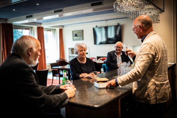 Irene van der Horst maakt een praatje met de mannen van de Groote Sociëteit.