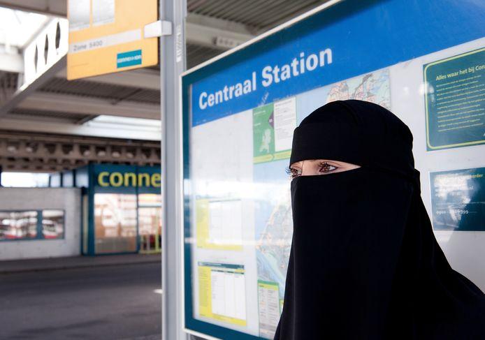 Moslima met nikab bij bushalte. Foto ter illustratie.