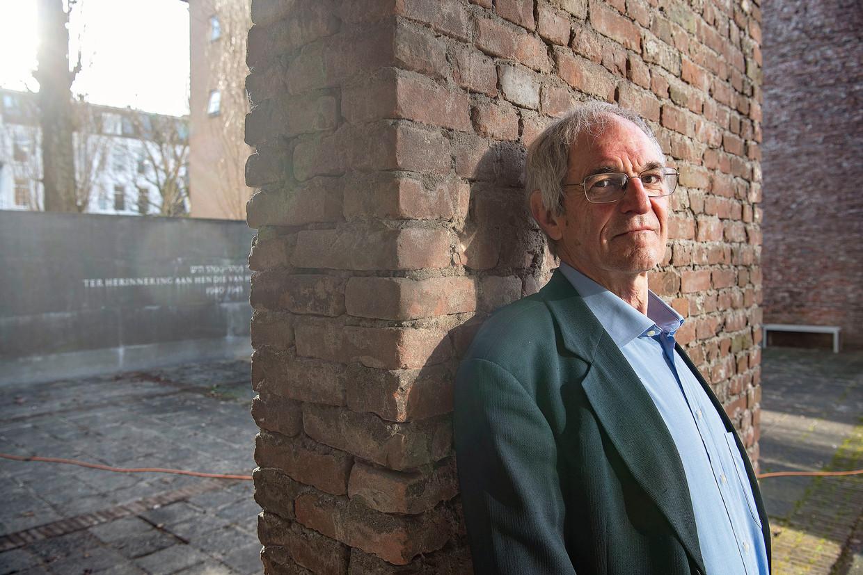 Martijn Katan bij het monument Hollandsche Schouwburg ter nagedachtenis aan alle gedeporteerde Amsterdamse Joden. Beeld Guus Dubbelman / de Volkskrant