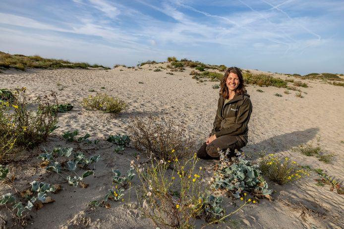 Boswachter Vivian van Leeuwen in de duinen.