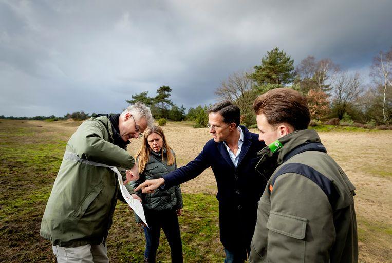 Premier Mark Rutte en minister Carola Schouten van Landbouw, Natuur en Voedselkwaliteit tijdens een bezoek aan de Veluwe. De bewindslieden praten met natuurclubs en boeren over de stikstofproblematiek.  Beeld Hollandse Hoogte /  ANP