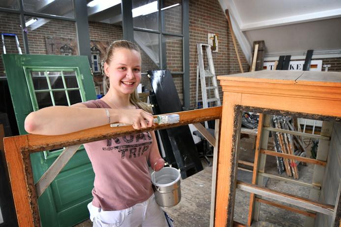 Meike Mulder uit Raalte is geboren zonder linkeronderarm, maar voelt zich daardoor geenszins gehinderd om te doen wat ze wil. Ze heeft net haar mbo-diploma decoratie en restauratieschilder gehaald en gaat zich in Antwerpen verder specialiseren in restauratietechnieken.