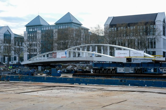 Het centrale dek van de Suzan Danielbrug werd in de nacht van vrijdag op zaterdag over het kanaal in Brussel geplaatst.