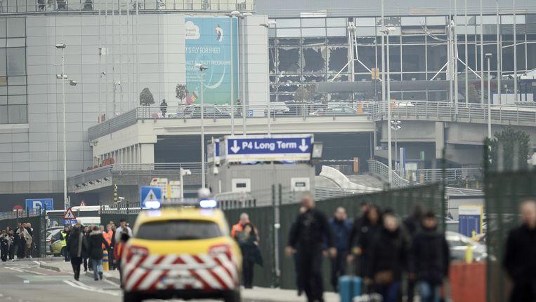 Mensen worden geëvacueerd uit de luchthaven van Zaventem. Beeld BELGA