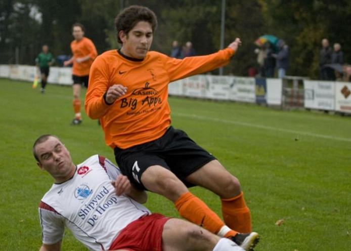 Tim Konings wordt onderuit gegleden door Babberich-speler Geert Römer. Foto: Henk Rodrigo