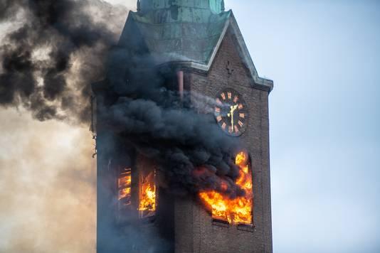Rooms Katholieke kerk van Hoogmade is volledig uitgebrand nadat er bij het afbranden van verf een hevige brand ontstond.