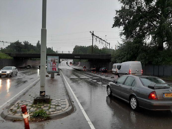 Automobilisten durven niet door de ondergelopen tunnel onder het spoor in Eindhoven.
