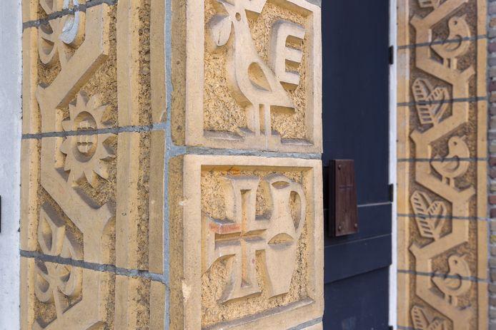Detail van het werk van Smeets aan de voormalige kerk.