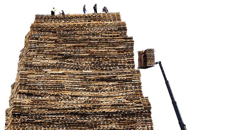 Opbouw op het Scheveningse Noorderstrand van een stapelplaats voor een vreugdevuur voor de jaarwisseling.  Beeld ANP