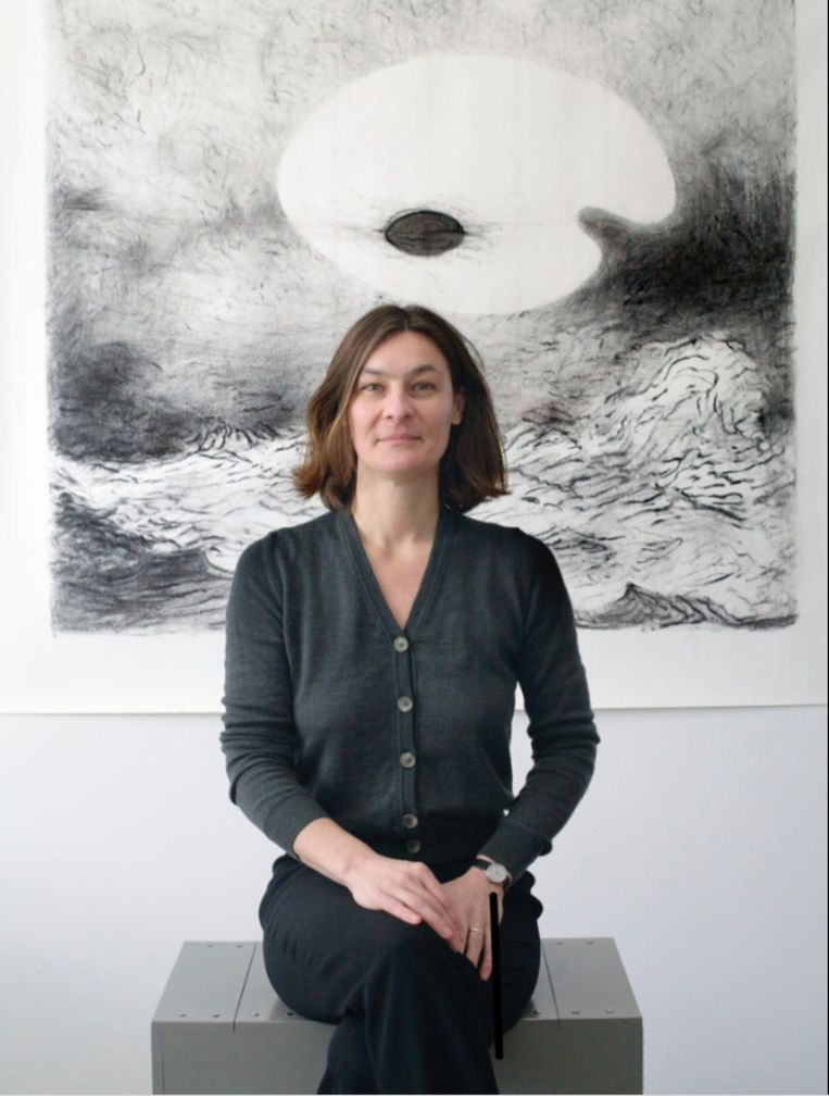Martita Slewe voor een tekening van Frank Van den Broeck in haar galerie in 2006. Beeld Maarten Brinkgreve
