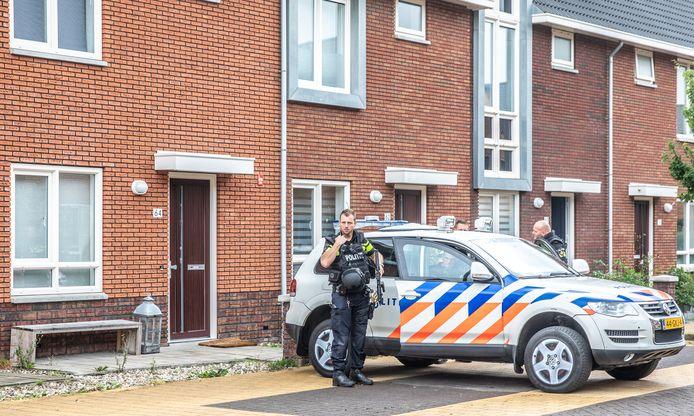 Zwaarbewapende politie houdt de dag na de schietpartij het huis in de Van Disselstraat en de buurt in de gaten