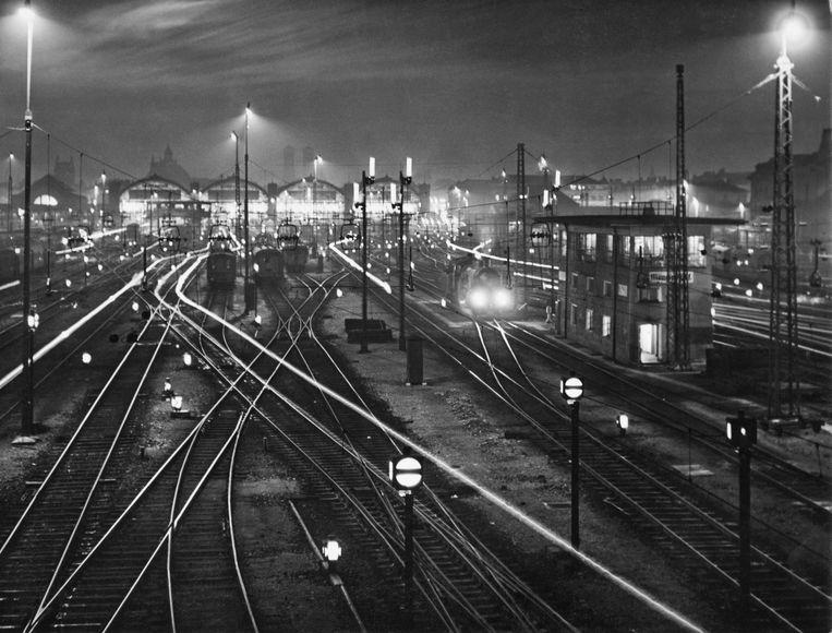 Het treinstation van München, circa 1935.  Beeld Getty Images