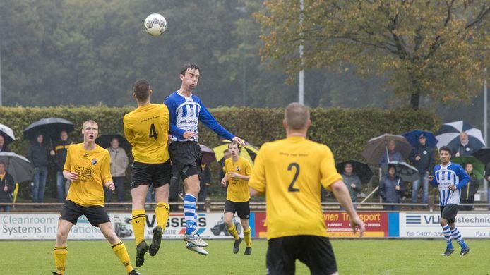 Verdediger Stef Jansen (uiterst links) van Reusel Sport in oktober 2019 in actie tegen Bladella. Hij behoort tot de negen spelers die afscheid nemen van de selectie van Reusel Sport.