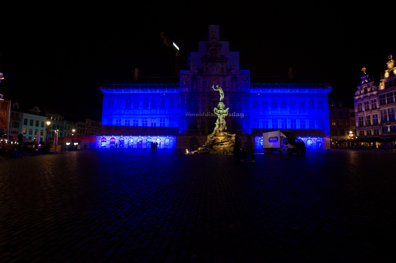 Het stadhuis wordt blauw verlicht.