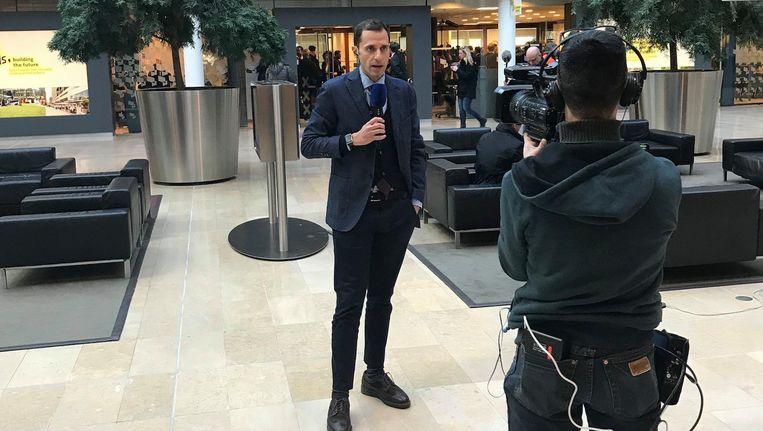 Een van de vele Italiaanse verslaggevers, donderdag op de Zuidas. Beeld Jop van Kempen