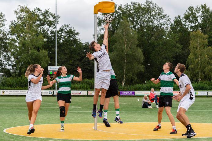 De Meeuwen-speler Esra Bijsterbosch scoort tegen Nic.