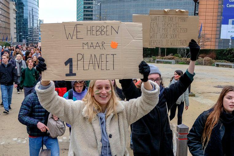 Jongeren tijdens 'Spijbelen voor het klimaat', een initiatief van de Vlaamse leerlingen van Youth For Climate, om te protesteren voor het klimaat. Beeld Photo News