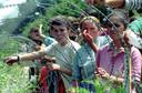 Vluchtelingen uit Srebrenica op een VN-basis bij Tuzla.