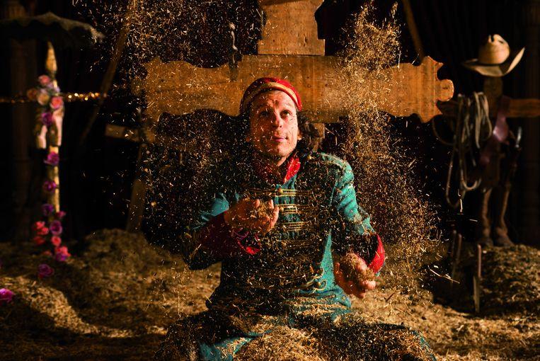 Scène uit Fidelis Fortibus van theatermaker Lotte van den Berg en circusman Danny Ronaldo. Beeld BENNY DE GROVE