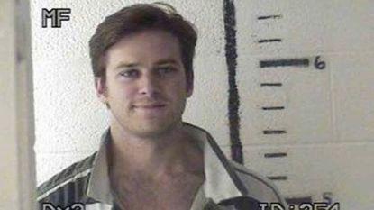 """Armie Hammer deelt throwback naar zijn 'mugshot': """"Wow, dit is de mooiste gevangenisfoto ooit"""""""