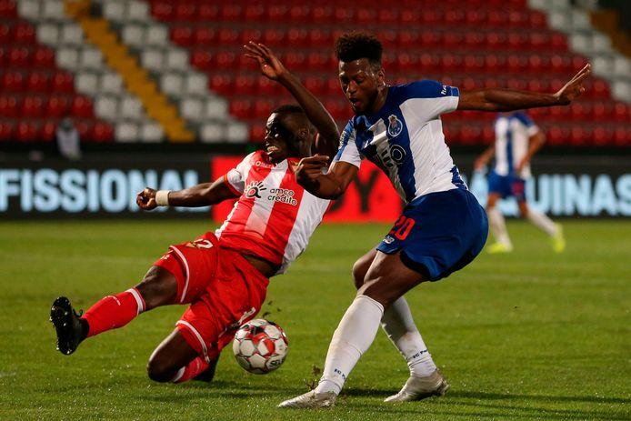 Buatu in duel met Porto-speler Ze Luis.