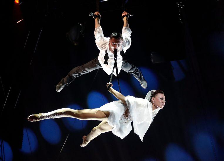 Kristina Vorobeva en haar man Rustem Osmanov. 'Elke nacht droom ik dat ik weer door de lucht zweef, met een nieuwe act, in een nieuw kostuum.' Beeld EPA
